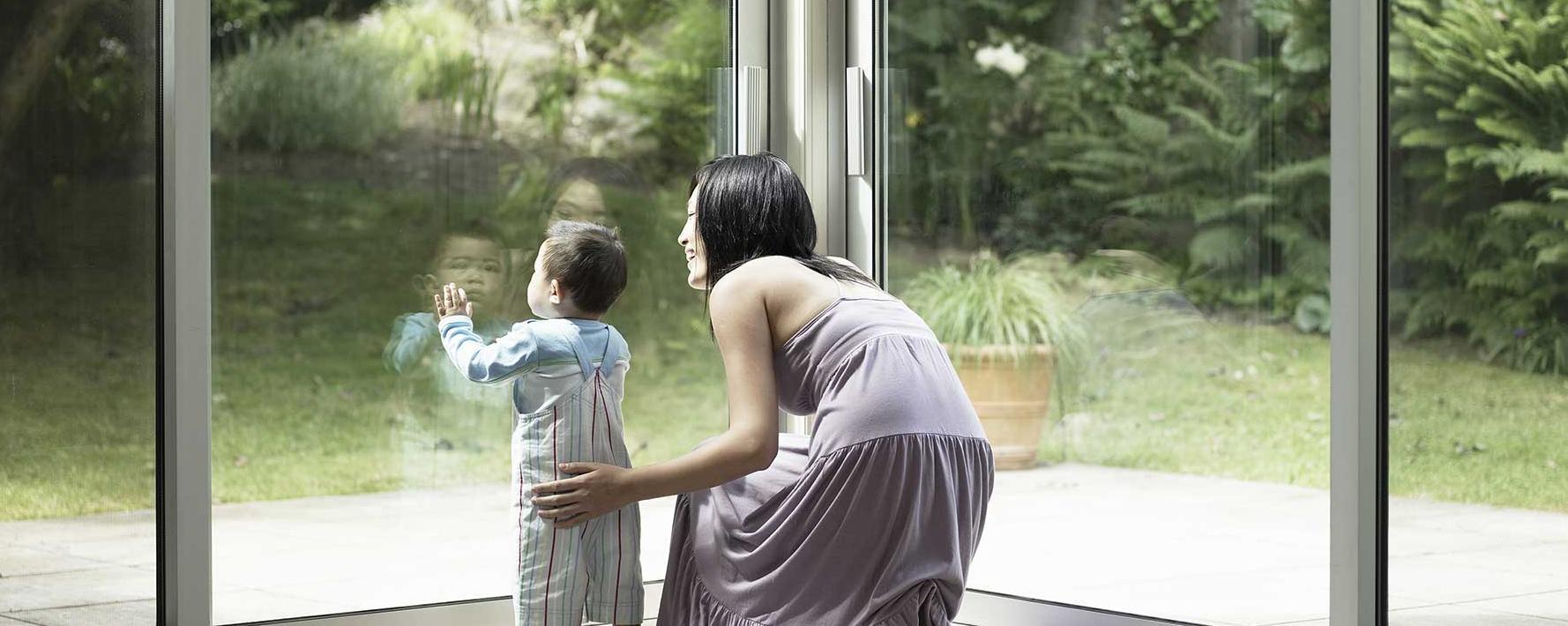 Bescherm uw gezin tegen gebroken ruiten, deuren en ramen met de gelaagde beveiligingsbeglazing van Saint-Gobain Building Glass.
