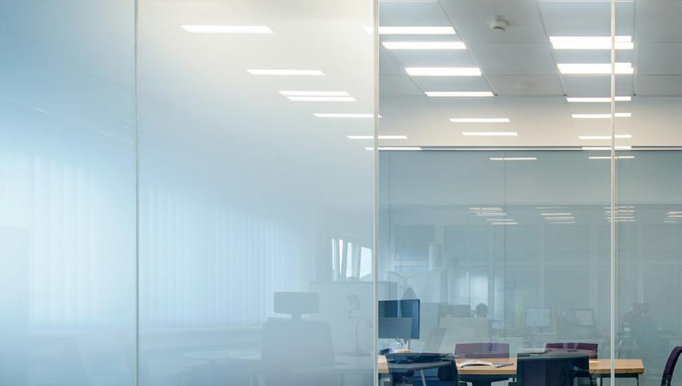 Kies voor absolute privacy op je werkplek met de PRIVA-LITE van Saint-Gobain Building Glass