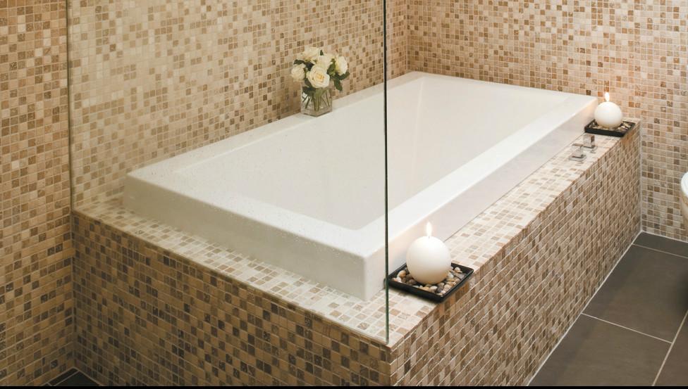 Geniet van je bad met de onderhoudsvriendelijke glazen badwand TIMELESS
